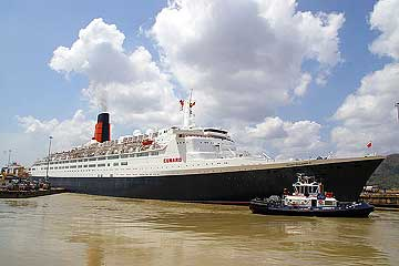 Picture of The QE 2 clearing the Pedro Miguel Locks